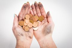 Dos manos sucias de la mujer que sostienen monedas Imágenes de archivo libres de regalías