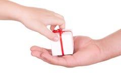 Dos manos y rectángulos con el regalo Foto de archivo libre de regalías