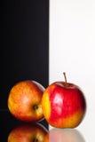 Dos manzanas aisladas en fondo blanco y negro imagen de archivo libre de regalías