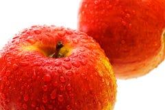 Dos manzanas con gotas. Foto de archivo