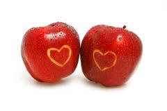 Dos manzanas con los corazones Fotos de archivo libres de regalías