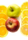 Dos manzanas, cortando el limón y la naranja Foto de archivo