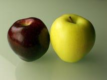 Dos manzanas en fondo verde Imágenes de archivo libres de regalías