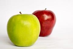 Dos manzanas junto un rojo y un verde aislados fotos de archivo libres de regalías