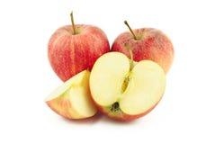 Dos manzanas rojas, mitad y una rebanada Fotos de archivo