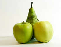 Dos manzanas y peras Fotos de archivo libres de regalías
