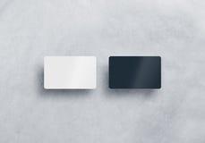 Dos maquetas plásticas en blanco de las tarjetas de visita fijadas aisladas Fotografía de archivo