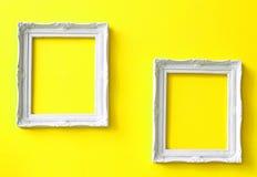 Dos marcos de la vendimia en la pared amarilla Imagenes de archivo
