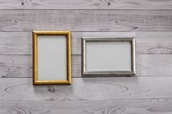 Dos marcos para las fotos en una luz, fondo de madera del vintage Fotografía de archivo libre de regalías