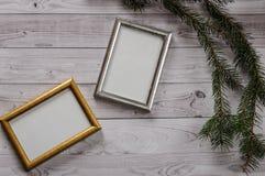 Dos marcos para las fotos en una luz, fondo de madera del vintage Foto de archivo libre de regalías