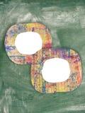 Dos marcos pintados coloridos en blanco de la cartulina en la pizarra Foto de archivo