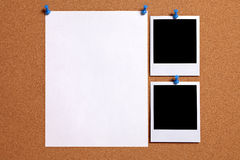 Dos marcos polaroid de la foto del espacio en blanco del estilo con el cartel de papel fijado al tablón de anuncios del corcho, e Fotos de archivo libres de regalías