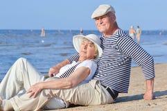 Dos mayores en la playa Imagenes de archivo