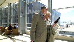 Dos mayores que caminan con la maleta almacen de metraje de vídeo