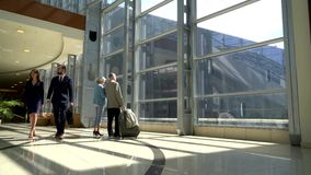 Dos mayores que caminan con la maleta almacen de video