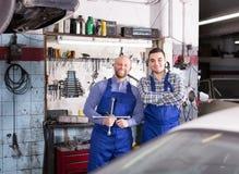 Dos mecánicos de coche en el taller Imagen de archivo