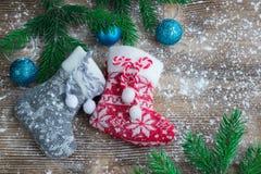 Dos medias de la Navidad en el fondo de madera sitiado por la nieve, bal azul Fotografía de archivo libre de regalías