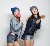 Dos mejores amigos jovenes de las muchachas del inconformista Fotografía de archivo