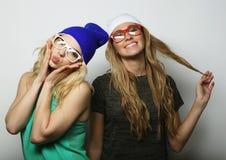 Dos mejores amigos jovenes de las muchachas del inconformista Foto de archivo libre de regalías