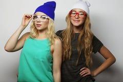 Dos mejores amigos jovenes de las muchachas del inconformista Imagenes de archivo