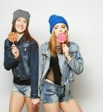 Dos mejores amigos jovenes de las muchachas del inconformista Imagen de archivo