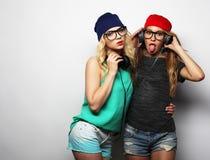 Dos mejores amigos jovenes de las muchachas del inconformista Imagen de archivo libre de regalías