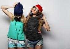 Dos mejores amigos jovenes de las muchachas del inconformista Fotos de archivo