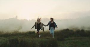 Dos mejores amigos que se divierten en la atmósfera de niebla almacen de video