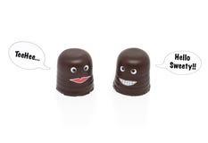 Dos melcochas del chocolate que tienen una conversación Imagen de archivo libre de regalías