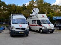 Dos microbús de la televisión nacional búlgara cerca del palacio de la cultura y de los deportes en Varna para el Cham del mundo  fotografía de archivo libre de regalías