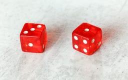 Dos mierdas rojas translúcidas cortan en cuadritos en el tablero blanco que muestra cuatro fáciles número 3 y 1 fotografía de archivo