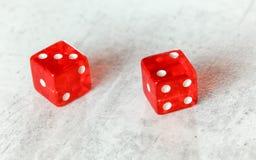 Dos mierdas rojas translúcidas cortan en cuadritos en el tablero blanco que muestra a la fiebre cinco poco Phoebe número 3 y 2 fotografía de archivo