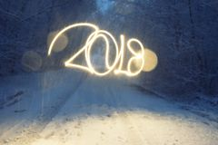Dos mil y décimo octavos años Año Nuevo y días de fiesta, efecto luminoso con la exposición larga Imagenes de archivo