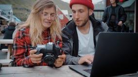 Dos millennials independientes jovenes en la reuni?n casual metrajes