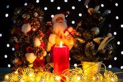 Dos mini árboles de navidad y una estatuilla de Papá Noel Imágenes de archivo libres de regalías