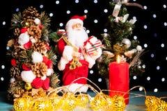 Dos mini árboles de navidad y una estatuilla de Papá Noel Imagenes de archivo
