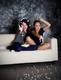 Dos miradas enojadas TV de las muchachas Fotografía de archivo
