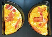Dos mitades de la tortilla de huevos Foto de archivo