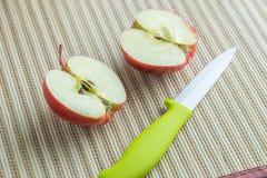 Dos mitades de una manzana Imagen de archivo