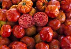 Dos mitades del tomate maduro jugoso en la sección Tomates frescos Tomates rojos Tomates orgánicos del mercado del pueblo Backgro Fotografía de archivo libre de regalías