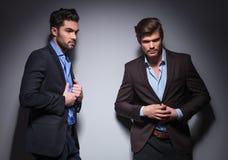 Dos modelos de moda masculinos que presentan en estudio foto de archivo