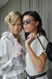 Dos modelos de moda que llevan la ropa y los accesorios de las costuras Fotografía de archivo