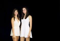Dos modelos en el vestido blanco que plantea la sonrisa Fotografía de archivo