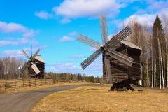 Dos molinoes de viento rusos viejos Imagen de archivo libre de regalías