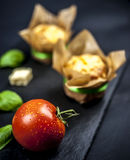 Dos molletes, albahacas, tomates y quesos del queso Imagen de archivo