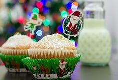 Dos molletes en los casos de papel festivos, botella de leche Año Nuevo y Fotografía de archivo libre de regalías