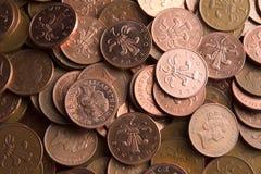 Dos monedas de los peniques imagenes de archivo