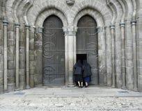Dos monjas que miran en una iglesia Foto de archivo