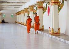 Dos monjes del novato de Buddist que caminan a lo largo del pasillo del templo Fotos de archivo libres de regalías