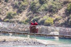Dos monjes en puente colgante Imagen de archivo